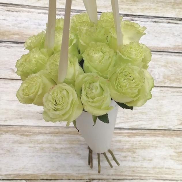 букет роз в конусе
